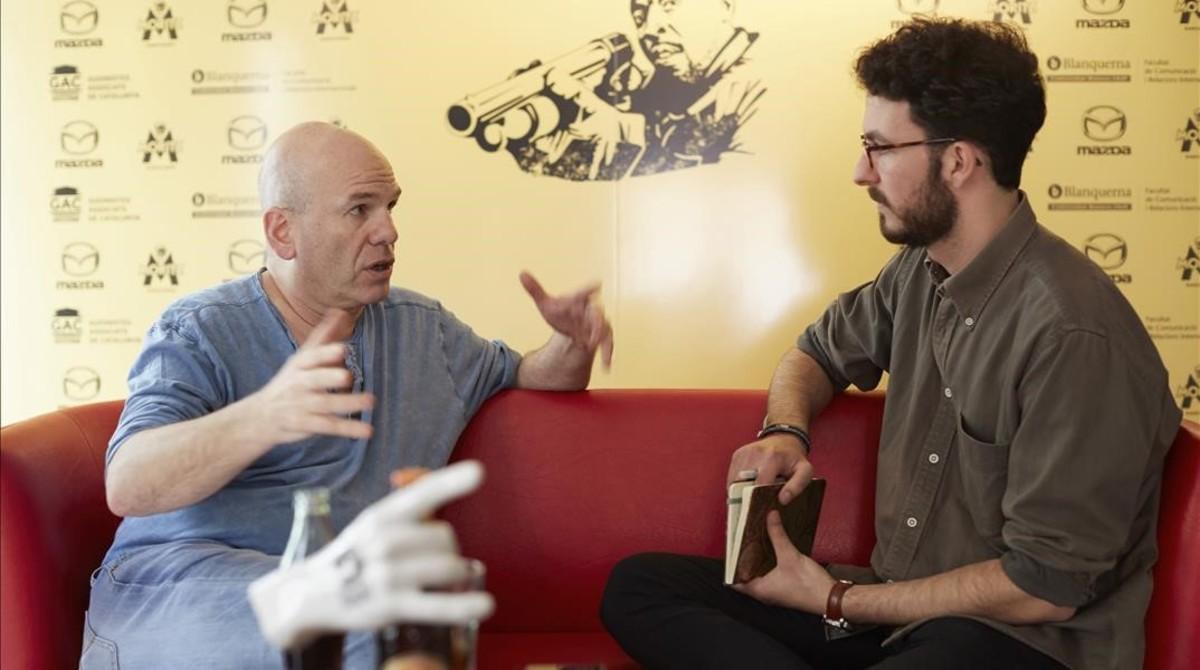 David Simon (izquierda) conversa con Carles Planas Bou.