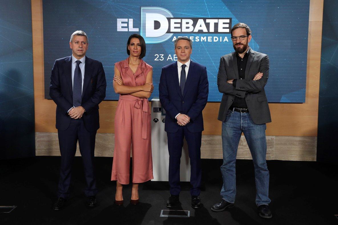 Los periodistas Ana Pastor y Vicente Vallés(centro) presentan junto a Santiago González (izquierda), director de Antena 3 Noticias,y César González (izquierda), director de La Sexta Noticias, el debate electoral entre los cinco líderes políticos.