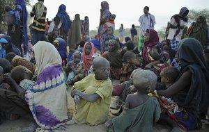 Desplazados esperan ser registrados en el campo de Dadaab, en Kenia.