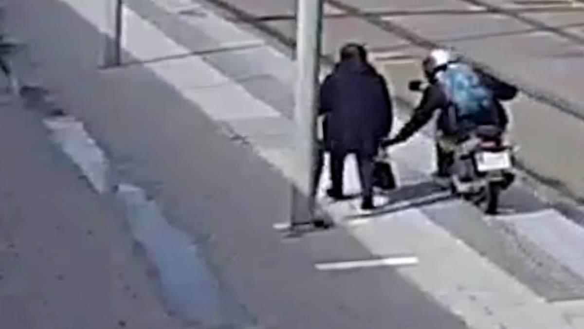 Detenido un ladrón que robaba bolsos a base de tirones desde una motocicleta.