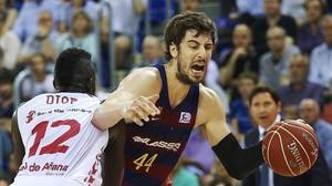Diop, el pivot del Laboral Kutxa, defiende al azulgrana Tomic en el primer partido de semifinales en el Palau Blaugrana.