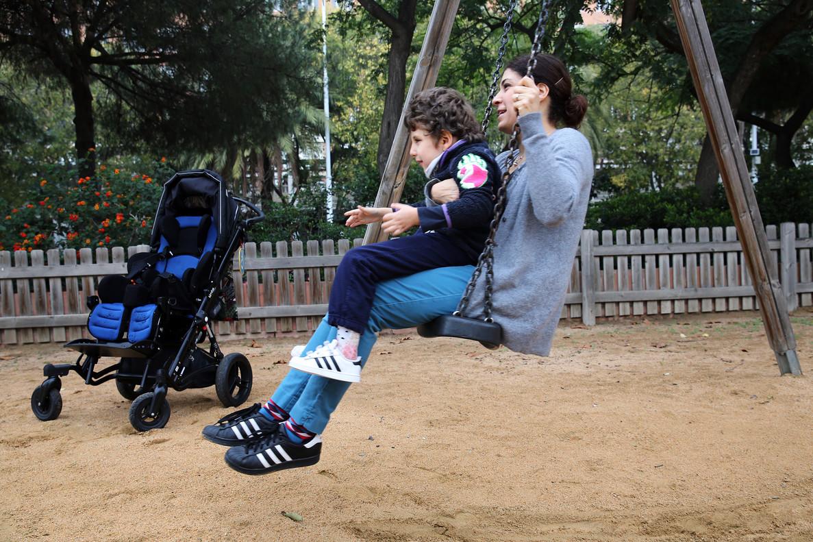 DIVERSIÓN. Marie- Pierre y su hijo Bruno se columpian en el Parc dels Voluntaris de Barcelona.