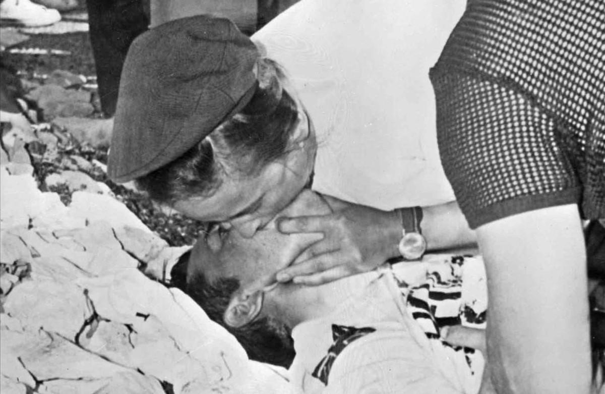 El doctor Dumas practica el boca a boca a Tom Simpson, en el Ventoux, el 13 de julio de 1967.