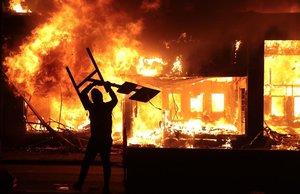 Edificios en llamas durante las protestas en Minneapolis.