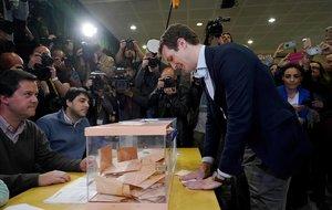 Pablo Casado deposita su voto en el colegio Nuestra Señora del Pilar en Madrid.