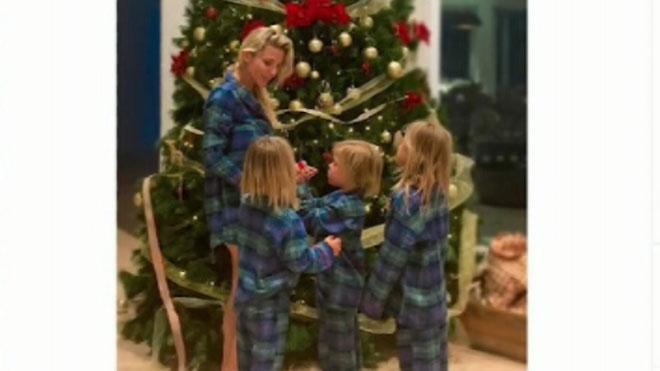 Elsa Pataky decora el árbol de Navidad muy conjuntada con sus hijos.