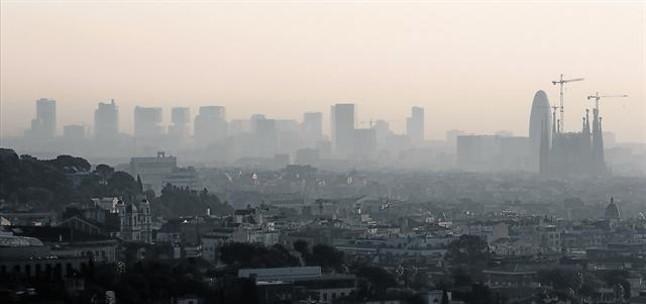 Un episodio típico de anticiclón y contaminación sobre el cielo de Barcelona.