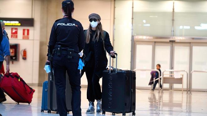 España obligará a guardar cuarentena a los viajeros internacionales. En la foto, una pasajera en la T4 del aeropuerto Madrid-Barajas.
