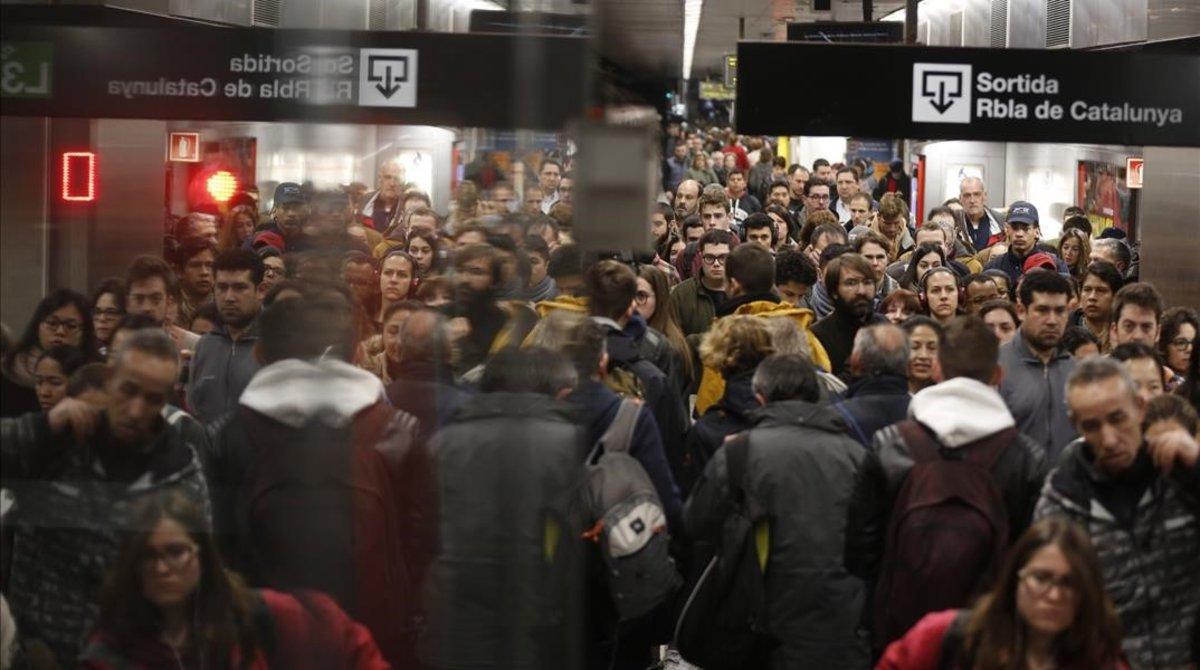 La estación de Diagonal de la L5 de metro, en hora punta durante la jornada de huelga.