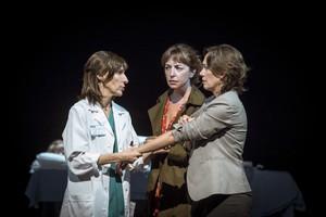 Marta Pérez, Àgata Roca y Rosa Gàmiz, en una escena de la obra del Romea.