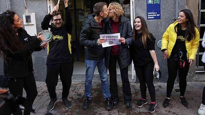 Batucada a Castellbisbal per celebrar el 21.015, segon premi de la Loteria de Nadal 2018