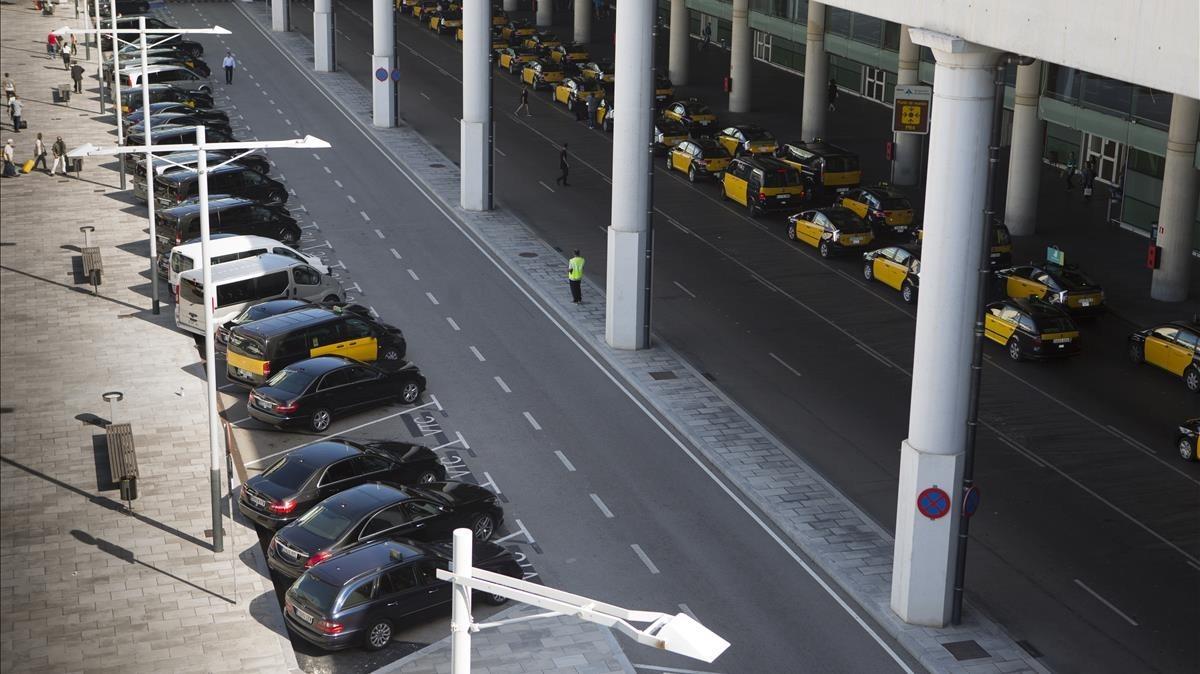 Cola de taxis y vehículos de alquiler con conductor (VTC) en el aeropuerto de El Prat, el pasado verano.