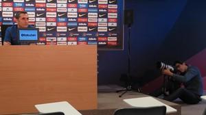 Un foitógrafo retrata a Ernesto Valverde, hoy, en la sala de prensa de la Joan Gamper.