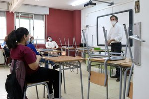 Un profesor habla con varios alumnos de bachillerato