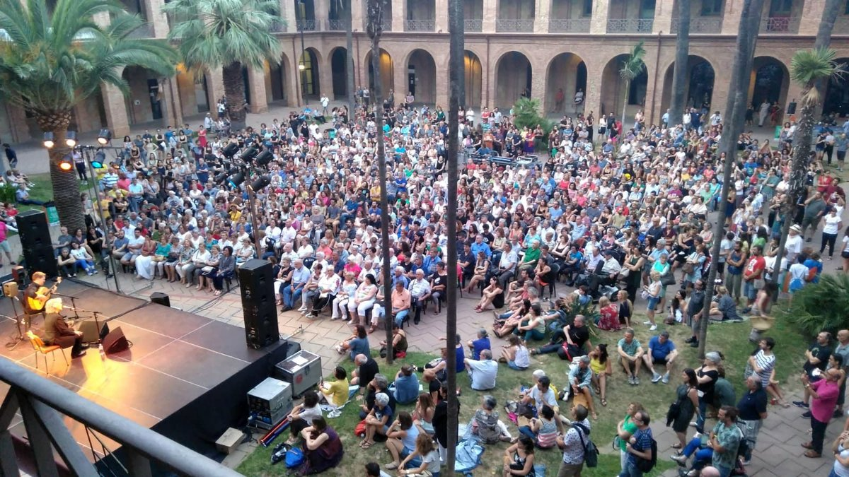 El patio de la Seu del Districte de Nou Barris durante un concierto.