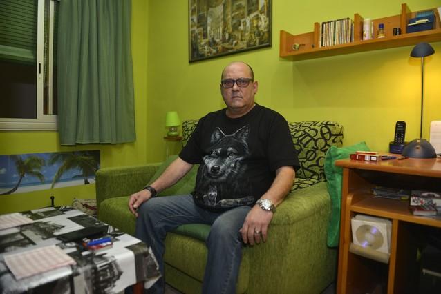 El exalumno de los Maristas de Sants-Les Corts Jordi Navarro, este domingo en su casa, en LHospitalet de Llobregat.