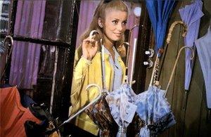 Catherine Deneuve, en una escena de 'Los paraguas de Cherburgo'.