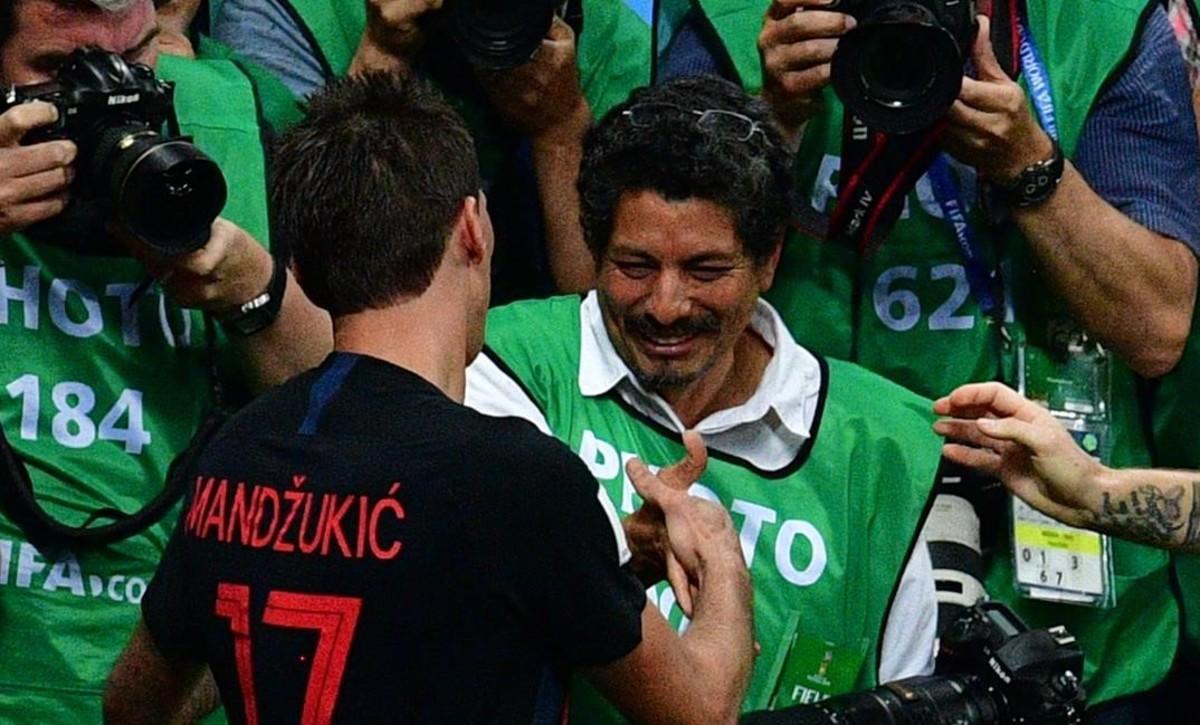El goleador croata Mario Mandzukic se disculpa ante el fotógrafo salvadoreño Yuri Cortez, tras la celebración del segundo gol croata.