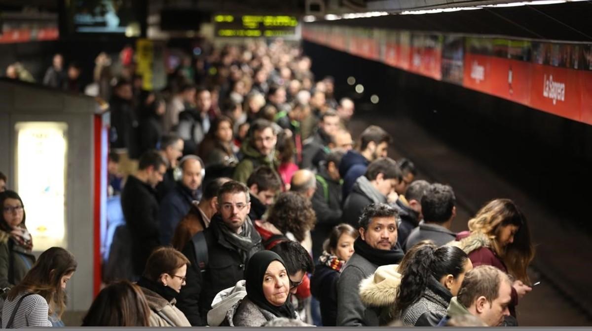 Gran aglomeración de usuarios en el andén de la estación de metro de Sagrera por la huelga del 8-M.