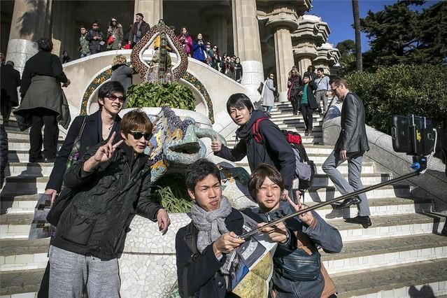 Un grupo de japoneses se hacen un selfi en el parque Güell.