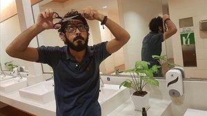 Hassan al Kontar se corta el pelo en los servicios del aeropuerto de Kuala Lumpur, el pasado 21 de agosto.