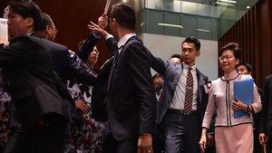 Diputados de la oposición increpan a la jefa del gobierno de Hong Kong.