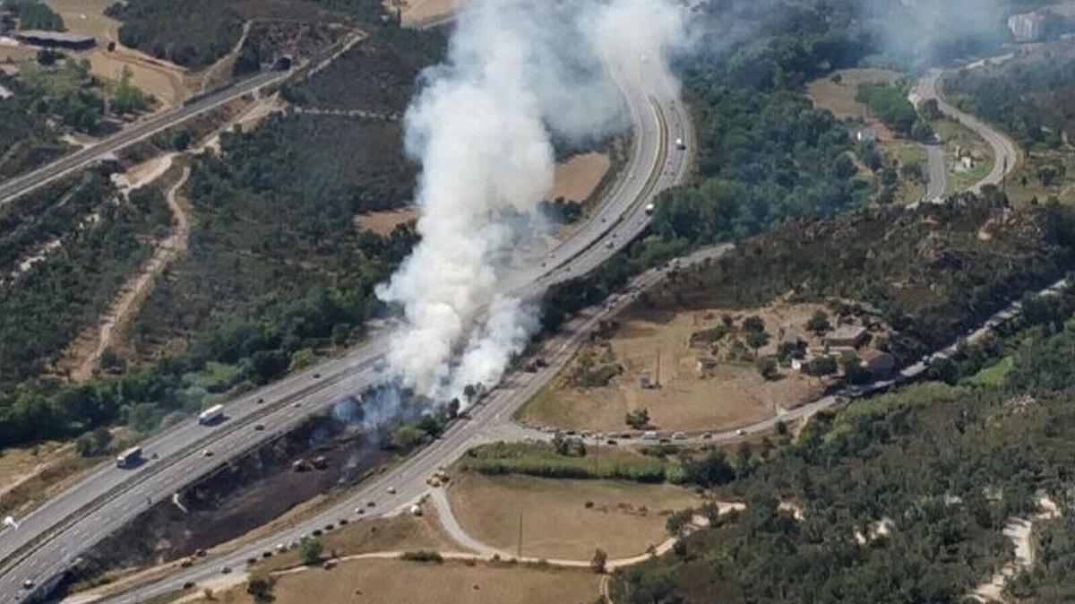 Imagen aérea del incendio en laentre los municipios de Capmany y Agullana, en L'Alt Empordà, este jueves, en plena operación salida.