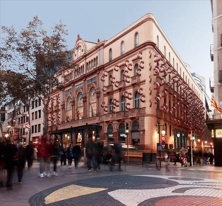 Recreación fotográfica virtual de la fachada del Liceu, vista desde el Pla de lOs, trasla intervención artística deFrederic Amat.