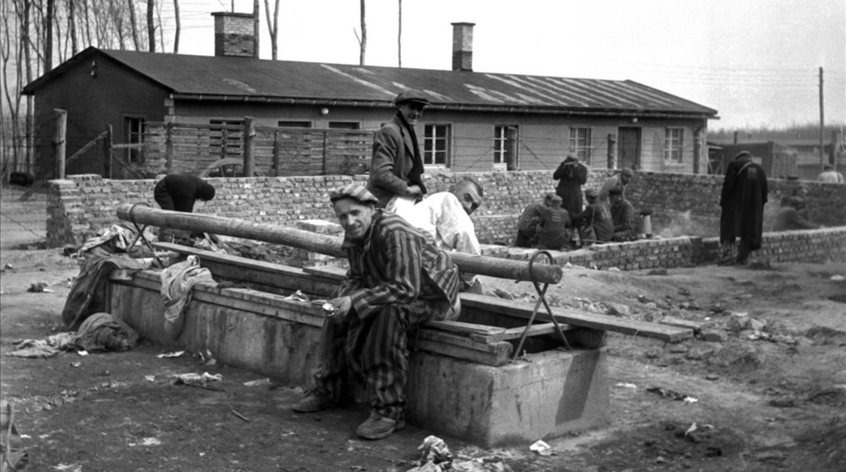 Imagen tomada por el fotoperiodista Eric Schwab de supervivientes en el campo de concentración nazi de Buchenwald.