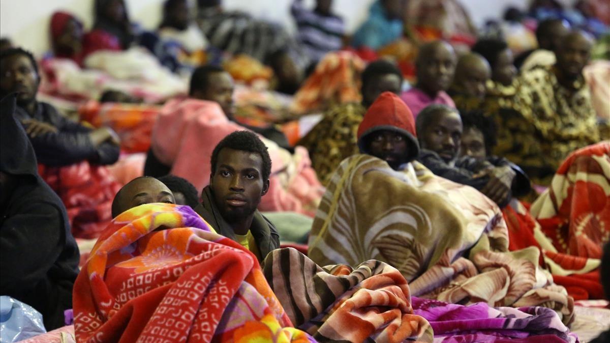 Inmigrantes en el centro de detención Tariq Al-Matar, a las afueras de Trípole, el lunes 11 de diciembre.