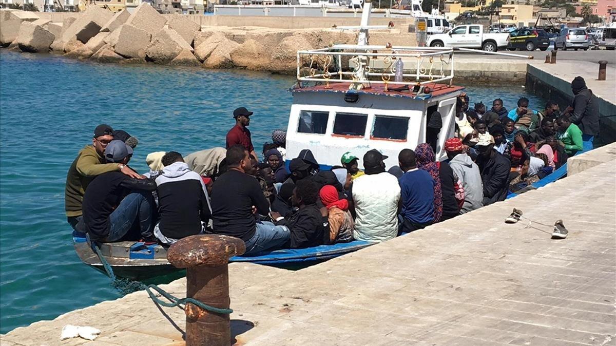 Un grupo de inmigrantes tras llegar a Lampedusa el pasado 28 de abril.