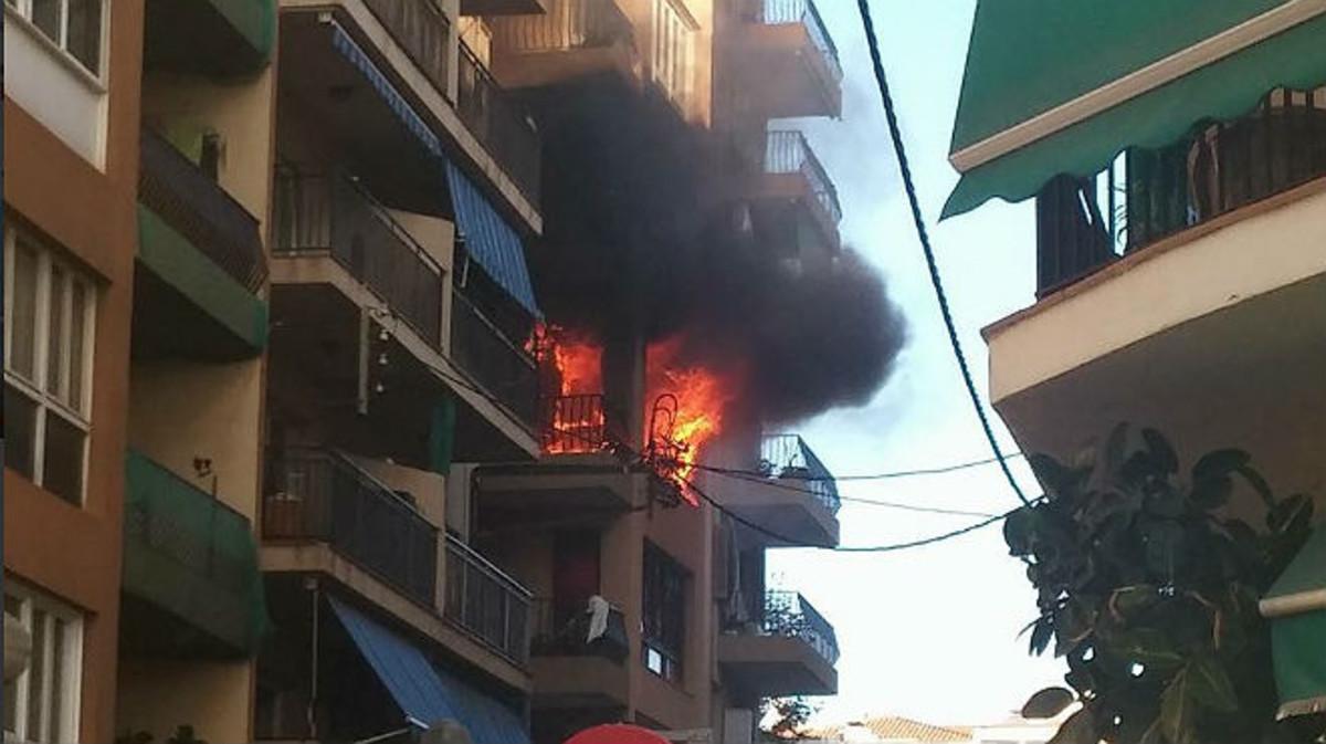 El inmueble, en llamas, en la calle Elisenda de Montcada de Premià de Mar