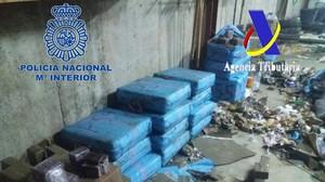 Intervenidas 2, 4 toneladas de hachís en una operación contra el narcotráfico en la costa de Huelva.