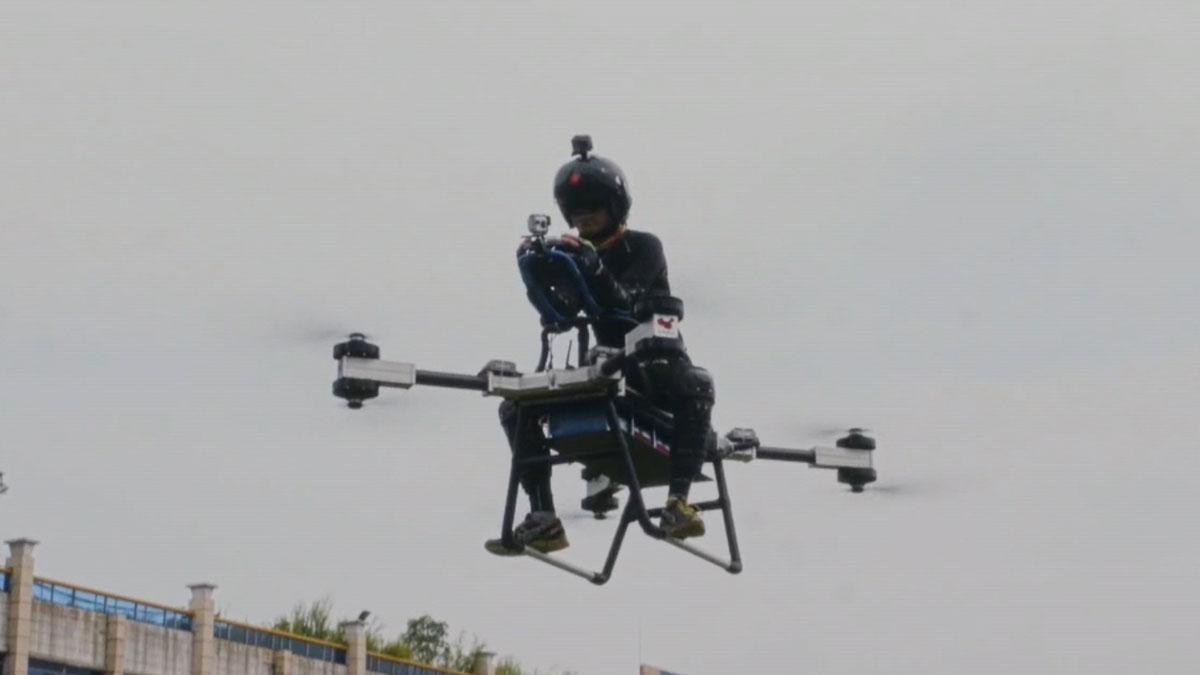Un inventor chino cumple su sueño de construir una moto voladora.