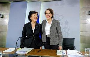 La ministra portavoz,Isabel Celaá, y la ministra de Trabajo, Magdalena Valerio, en unarueda de prensa posterior a unConsejo de Ministros en noviembre pasado.