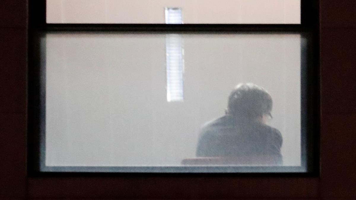 Fotografía del 'president' de la Generalitat cesado, Carles Puigdemont, tomando declaración en Bruselas.