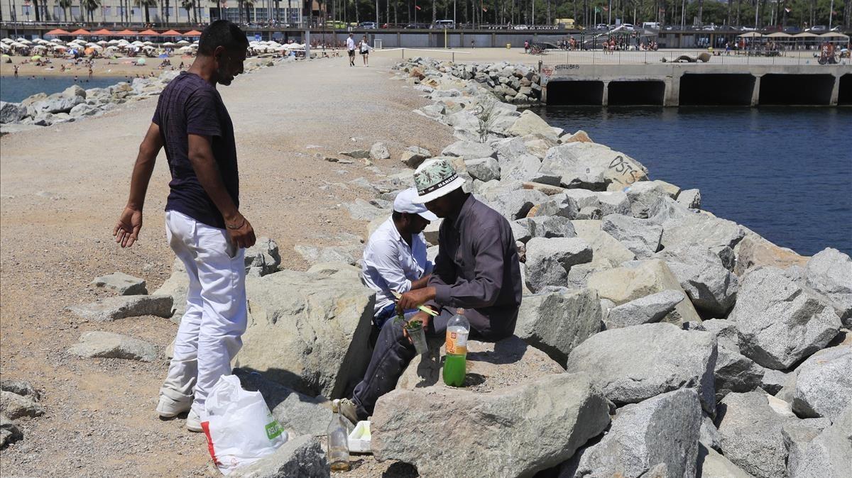 Preparación de mojitos entre las rocas, para su venta en la playa.