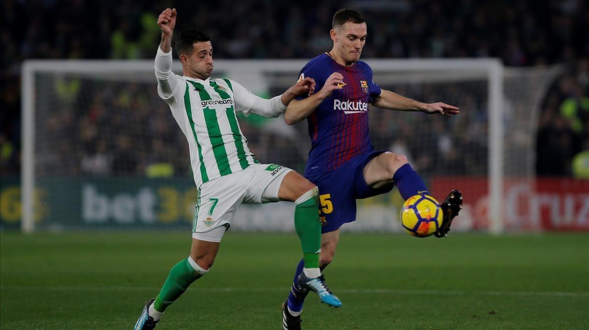 El Betis-barcelona, en la jugada en que se rompió Vermaelen en pugna con Sergio León.