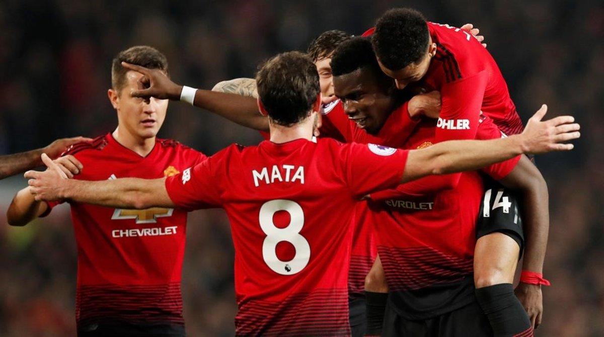 Los jugadores del Manchester United felicitan a Paul Pogba por uno de los dos goles del jugador francés al Huddersfield en diciembre.