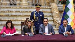Jeanine Áñez (segunda por la izquierda) junto a los ministros interinos de Exteriores Karen Loganric, de la Presidencia, Yerko Nunez (segundo por la derecha) y de Defensa, Fernando López , el pasado 30 de diciembre, en La Paz.