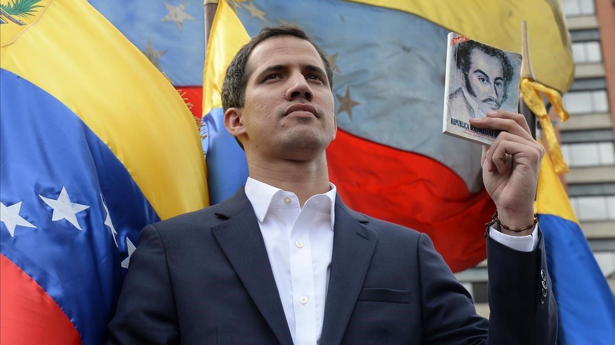 El jefe de la Asamblea Nacional de Venezuela, Juan Guaido, se declara presidente interino del país durante un mitin de oposición contra el líder Nicolás Maduro, este miércoles.