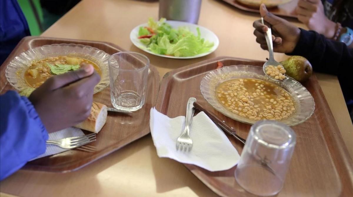Niños becados comen en un instituto de Salt.