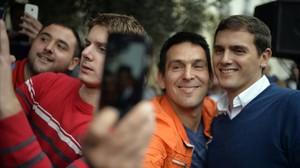 El líder de Ciudadanos, Albert Rivera, posa parauna foto con un simpatizante en Santander.