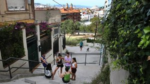Jóvenes en la calle de Hortensia dela Font de la Guatlla, este miércoles.