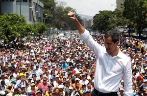 Juan Guaidó se dirige a sus seguidores en Caracas.