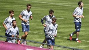 Jugadores del Bayern de Munich, lider de la Bundesliga, se preparan, en Munich, para el regreso de su campeonato.