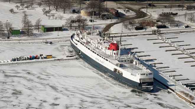 Decenas de turistas visitan a pie el Lago Michigan congelado.
