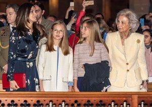 Las reinas Letizia y Sofía, junto a Leonor y Sofía, en la misa de Pascua, este domingo en Palma.