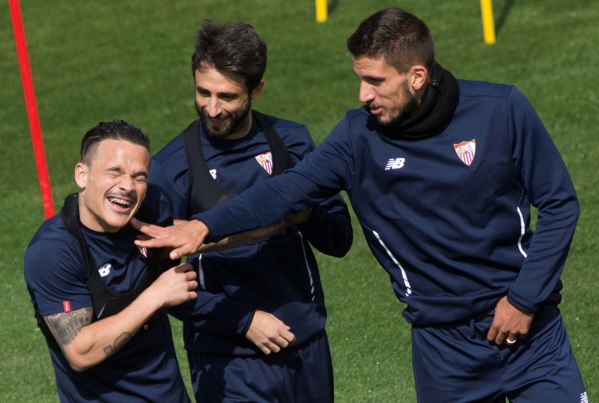 Los jugadores del Sevilla Mesa, Dani Parejo y Carriço (izquierda a derecha) durante el entrenamiento previo al choque contra el Bayern.