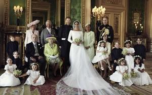 Enrique y Meghan, con la reina Isabel II y Felipe de Edimburgo, el príncipe Carlos y su esposa Camila, los duques de Cambrige, Guillermo y Kate Middleton,la madre de Meghan, Doria Ragland y lo niños: Brian Mulroney, el príncipe Jorge, la princesa Carlota, Rylan Litt, John Mulroney, Ivy Mulroney, Florence van Cutserm, Zalie Warren y Remi Litt.